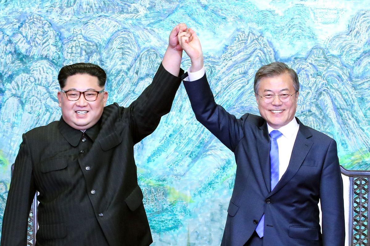 Kim Jong-un et Moon Jae-in lors du sommet de Panmunjom le 27 avril 2018. (Source : Vox)