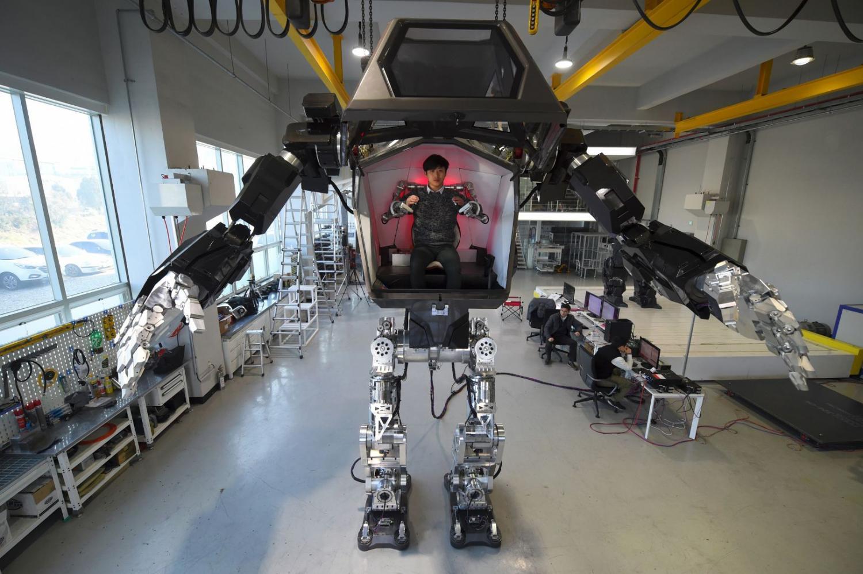 """Le premier robot géant articulé, inspiré du film américain """"Avatar"""", construit par la Hankook Mirae Technology, ici en test à Séoul le 27 décembre 2016. (Source : Phys.org)"""