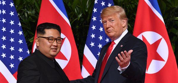 """""""That's all folks !"""" Trump dans sa peau de présentateur d'émission de téléréalité avec le """"talentueux"""" Kim Jong-un en vedette américaine à Singapour, le 12 juin 2018. (Source : Business Insider)"""