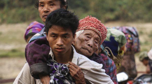 Des populations déplacés de l'État Kachin, au nord-est de la Birmanie, traversent la rivière Malikha sur un ferry pour échapper aux combats dans le village d'Injanyan près de Myitkyina, qui opposent la Kachin Independence Army (KIA) aux troupes gouvernementales birmanes, le 26 avril 2018. (Source : Time)
