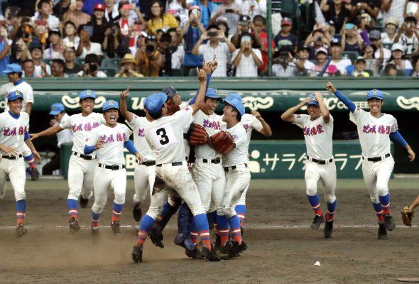Lors de la finale 2017 du tournai estival de baseball lycéen, le Kôshien, les joueurs de la Hanasaki Tokuharu High School célèbrent le premier titre d'une équipe de la préfecture de Saitama. (Source : Japan Times)