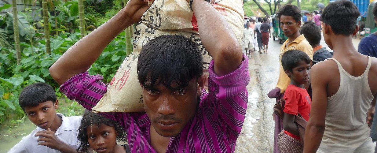 """Au lendemain du 25 août 2017, l'ONU a dû mettre un terme aux distributions dans le nord de l'État d'Arakan, car """"la situation en matière de sécurité et les restrictions imposées par le gouvernement sur le terrain nous rendaient incapables de distribuer de l'aide."""" (Source : Global Observatory)"""