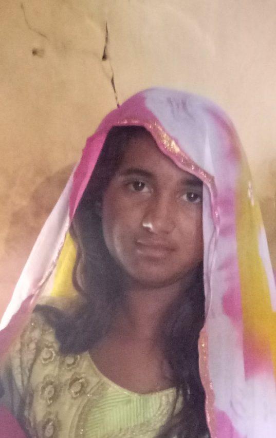 Sousia, jeune fille Bihls (Dalits), le jour de son mariage à l'âge de 14 ans dans le village de Chodira, désert du Thar dans le Rajasthan, au nord de l'Inde, le 17 juillet 2018. (Crédit : Jacques Monteaux)