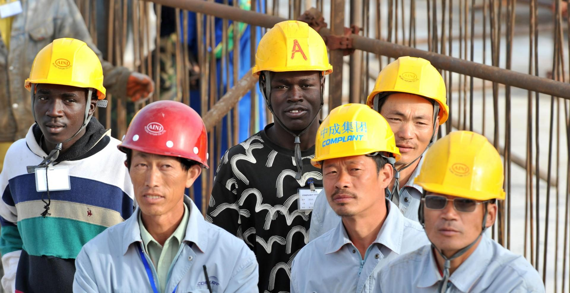 Travailleurs chinois et sénégalais lors d'une cérémonie sur le site de construction du théâtre national, financé par la Chine, à Dakar le 14 février 2009. (Source : Ansetze Were)