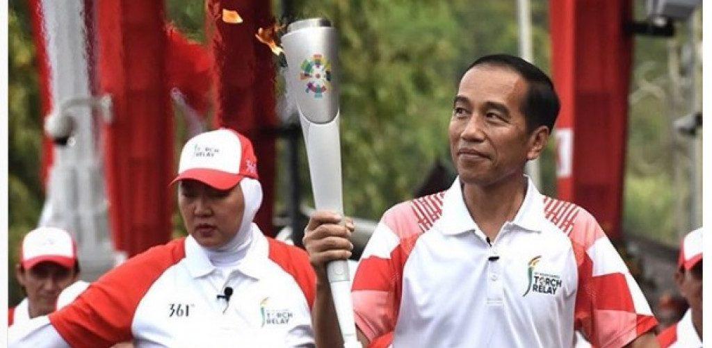 Le président indonésien Joko Widodo lors du relais de la torche des jeux Asiatiques, qui ont eu lieu du 18 août au 2 septembre à Jakarta et Palembang en Indonésie. (Source : Tabloid Bintang)