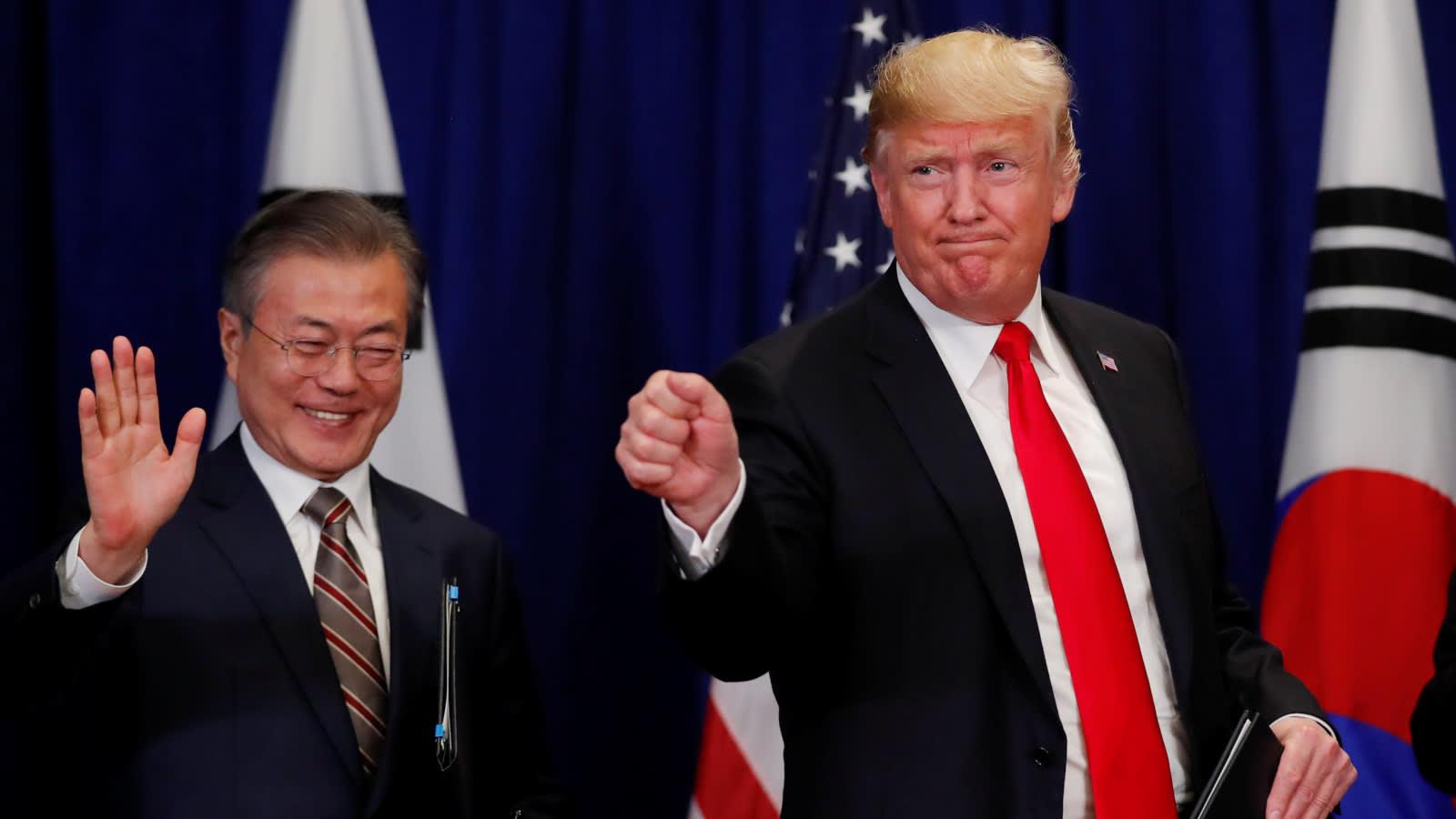 Le président sud-coréen Moon Jae-in vient de signer avec son homologue américain Donald Trump un amendement au traité de libre-échange entre les Etats-Unis et la Corée du Sud, en marge de l'assemblée générale des nations Unies à New York, le 24 septembre 2018. Un geste accommodant de la part de Moon pour favoriser par ailleurs les négociations avec la Corée du Nord sur le dossier nucléaire. (Source : Asia Nikkei)