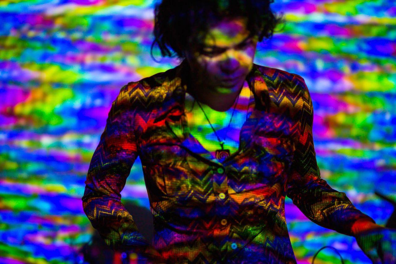 L'artiste japonais Masayuki Kawai : Video Feedback Live Performance. (Copyright : Masayuki Kawai)