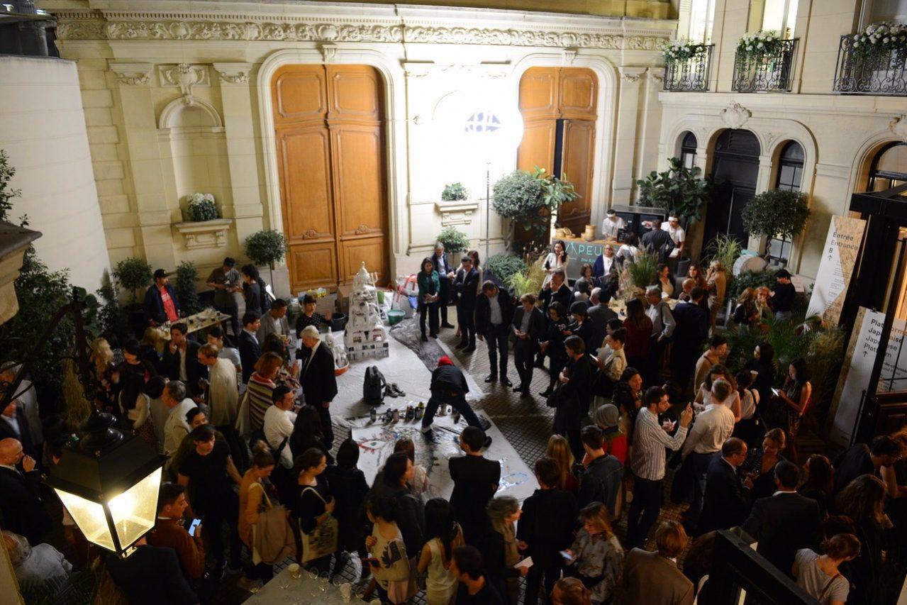 Ouverture de Asia Now, la foire d'arts asiatiques à Paris, avec une performance de Teppei Kaneuji, le 17 octobre 2018. (Crédit : Asia Now)