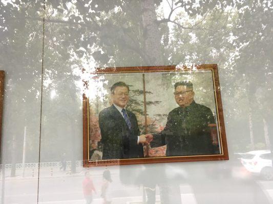 Photo affichée à l'entrée de l'ambassade de Corée du Nord à Pékin. (Crédits : Asialyst / Stéphane Lagarde)