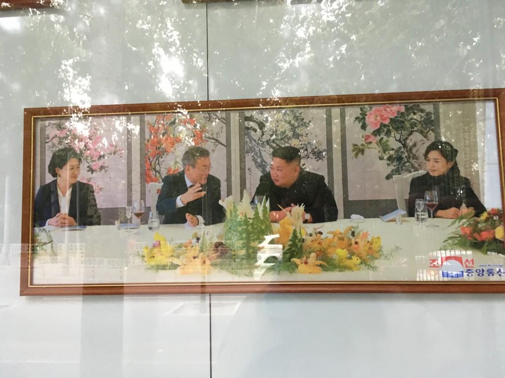 Moon Jae-in reçu avec son épouse par Kim Jong-un lors du sommet de Pyongyang du 18 au 20 septembre 2018. Image encadrée à l'extérieur de l'ambassade de Corée du Nord à Pékin. (Crédits : Asialyst/Stéphane Lagarde)