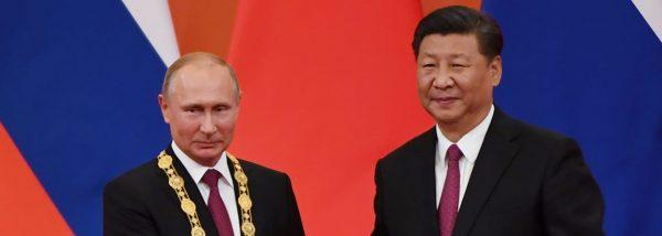 """Le président russe Vladimir Poutine reçoit la première """"médaille de l'amitié"""" offerte par la Chine à un ressortissant étranger, des mains de son homologue chinois Xi Jinping le 8 juin 2018 à Pékin. (Source : Radio Canada)"""