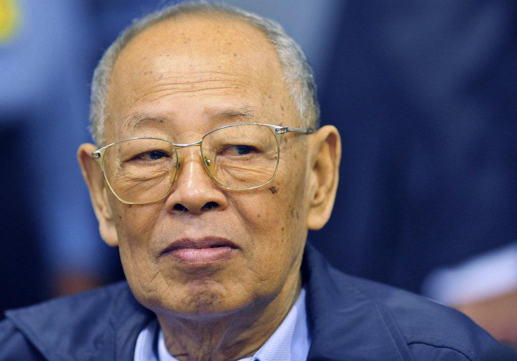 """Ieng Sary, ancien ministre des affaires étrangères et """"frère numéro trois"""" des Khmers Rouges au Cambodge, lors de son procès devant le tribunal spécial des Nations Unies pour juger les crimes de guerre dans le pays, près de Phnom Penh en décembre 2011. (Source : New York Times)"""