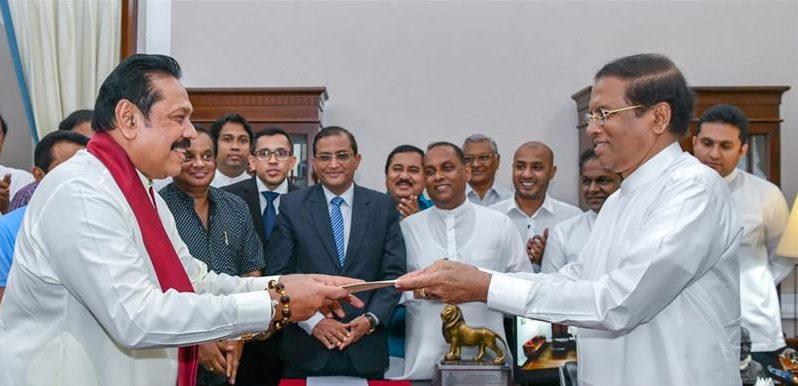 Le président sri-lankais Maithripala Sirisena nomme son prédécesseur Mahinda Rajapaksa à la tête du gouvernement le 27 octobre 2018 à Colombo, après avoir limogé le Premier ministre Ranil Wikremesinghe. (Source : Al Jazeera)