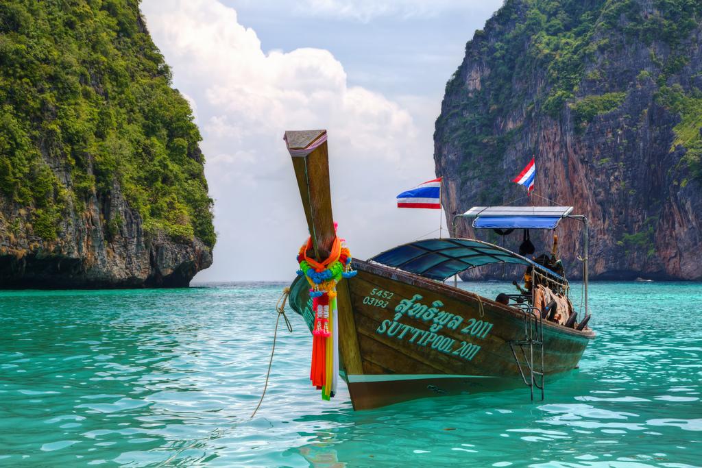 """Près de la plage de Maya Bay sur l'île thaïlandaise de Phi Phi Ley. C'est là que le film """"La Plage"""" a été tourné avec Leonardo Di Caprio. Le lieu est régulièrement envahie de touristes. (Source : Boudster)"""