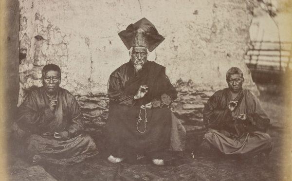 """John H. Doyle (attribué à) - Lama de l'ordre des Nyingmapa - vers 1870. Extrait du livre """"L'Asie des photographes"""", sous la direction de Jérôme Ghesquière, Réunion des Musées Nationaux. (Copyright : Réunion des Musées Nationaux)"""
