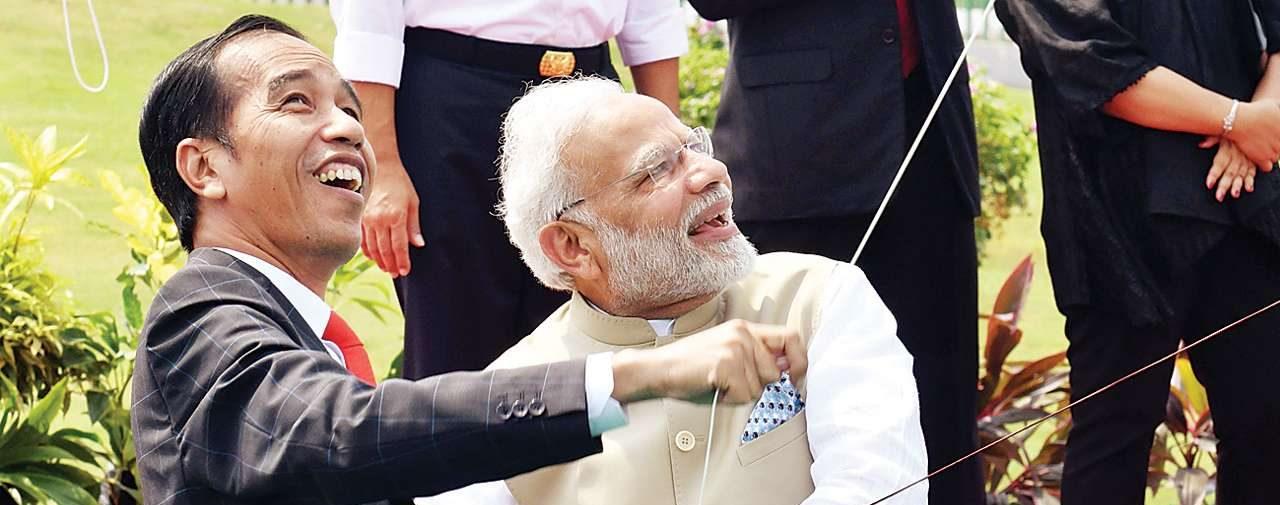 Le Premier ministre indien Narendra Modi joue au cerf-volant avec le président indonésien Joko Widodo à Jakarta le 31 mai 2018, lors de sa première visite d'État en Indonésie. (Source : DNA INDIA)