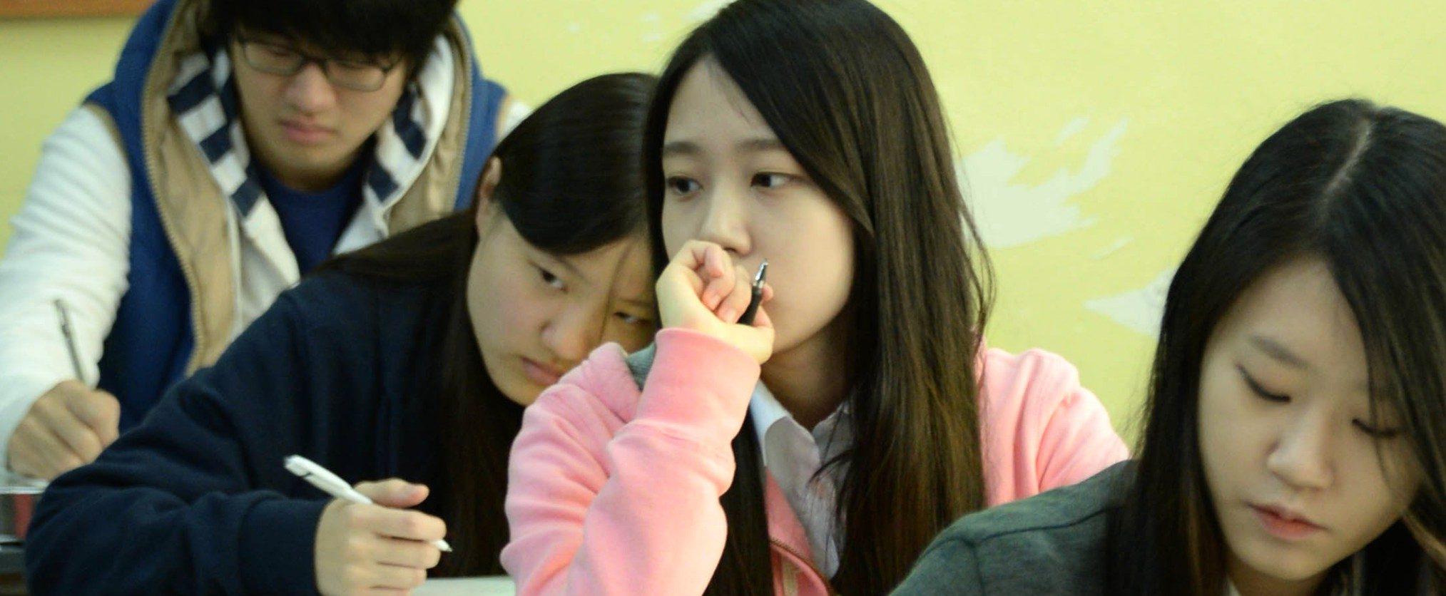 Chaque année, pendant la seconde quinzaine de novembre, près de 500 000 élèves sud-coréens vivent les épreuves du College Scholastic Ability Test (CSAT), l'équivalent du baccalauréat. (Source : Kroeaboo)