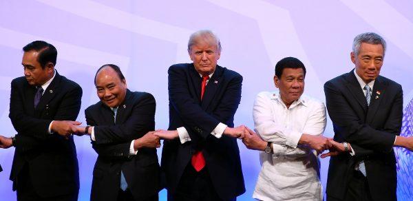 Le président américain Donald Trump pour la photo de famille lors des 40 ans de l'ASEAN à Manille, le 13 novembre 2017. (Source : Asia Nikkei)