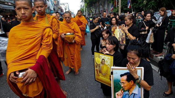 A Bangkok, l'aumône offerte aux moines bouddhistes pour marquer le 1er anniversaire de la mort du Roi Bhumibol Adulyadej de Thailand, le 13 octobre 2017. (Source : The National)