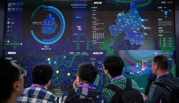 Des visiteurs chinois face à un logiciel de sécurité urbaine fondé sur l'intelligence artificielle au 14ème salon international sur la sécurité publique à Pékin le 24 octobre 2018. (Source : Mosaic)