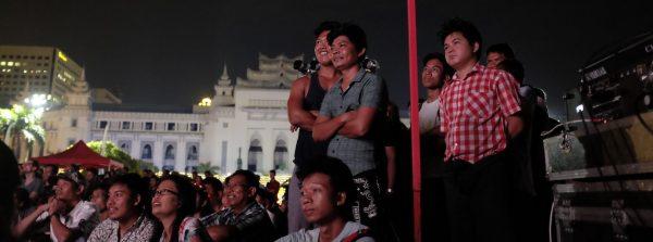 Projection en plein air du festival Memory! de cinéma de patrimoine, à Rangoun le 9 novembre 2018. (Copyright : Léo Durin)
