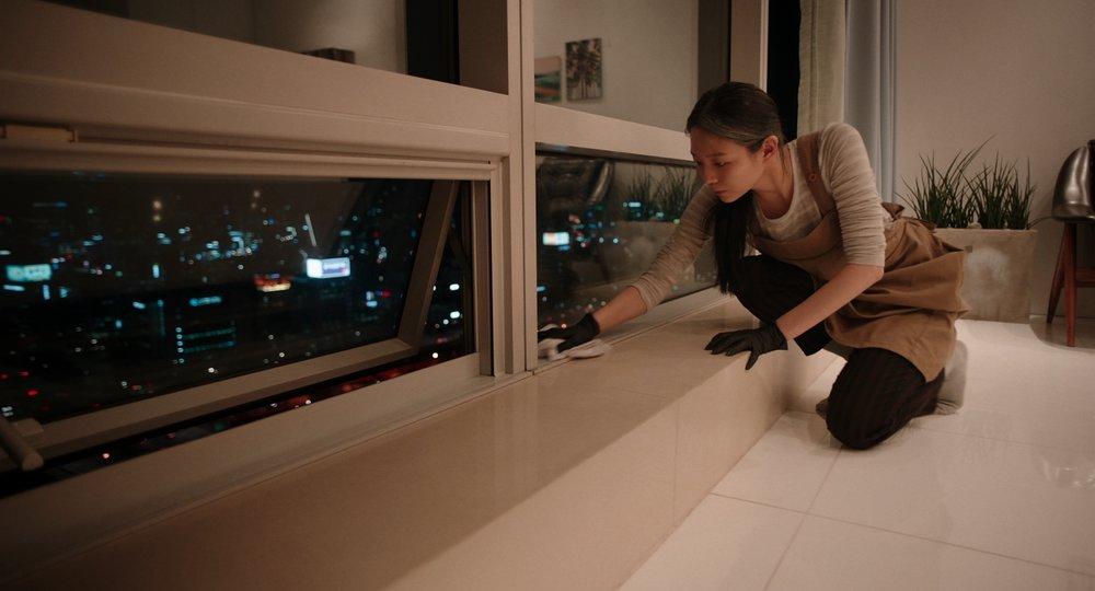 """Extrait du film sud-coréen """"Microhabitat"""" de Jeon Go-woon. L'héroïne Miso fait des ménages pour pouvoir se payer ses petits plaisirs. (Crédit : Jeon Go-woon)"""