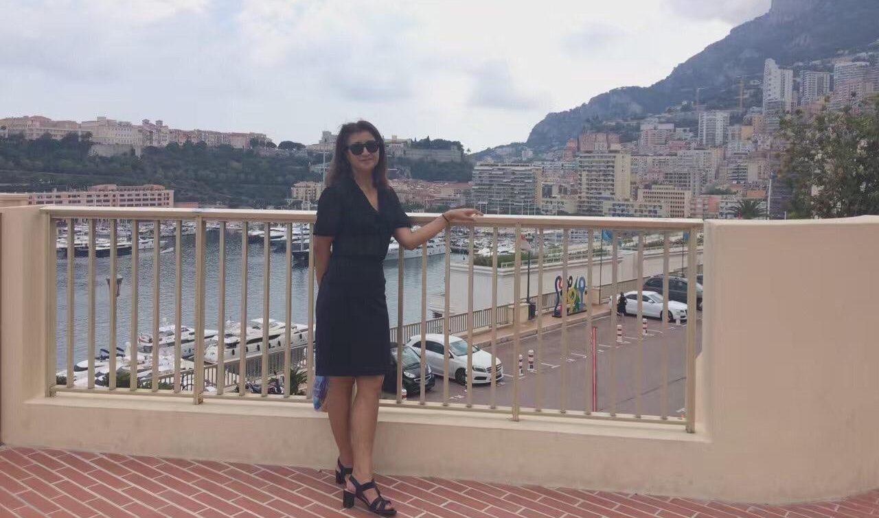 Gulbahar Hitiwaji, la mère de Gulhumar, en vacances dans le sud de la France. (Crédits : DR)