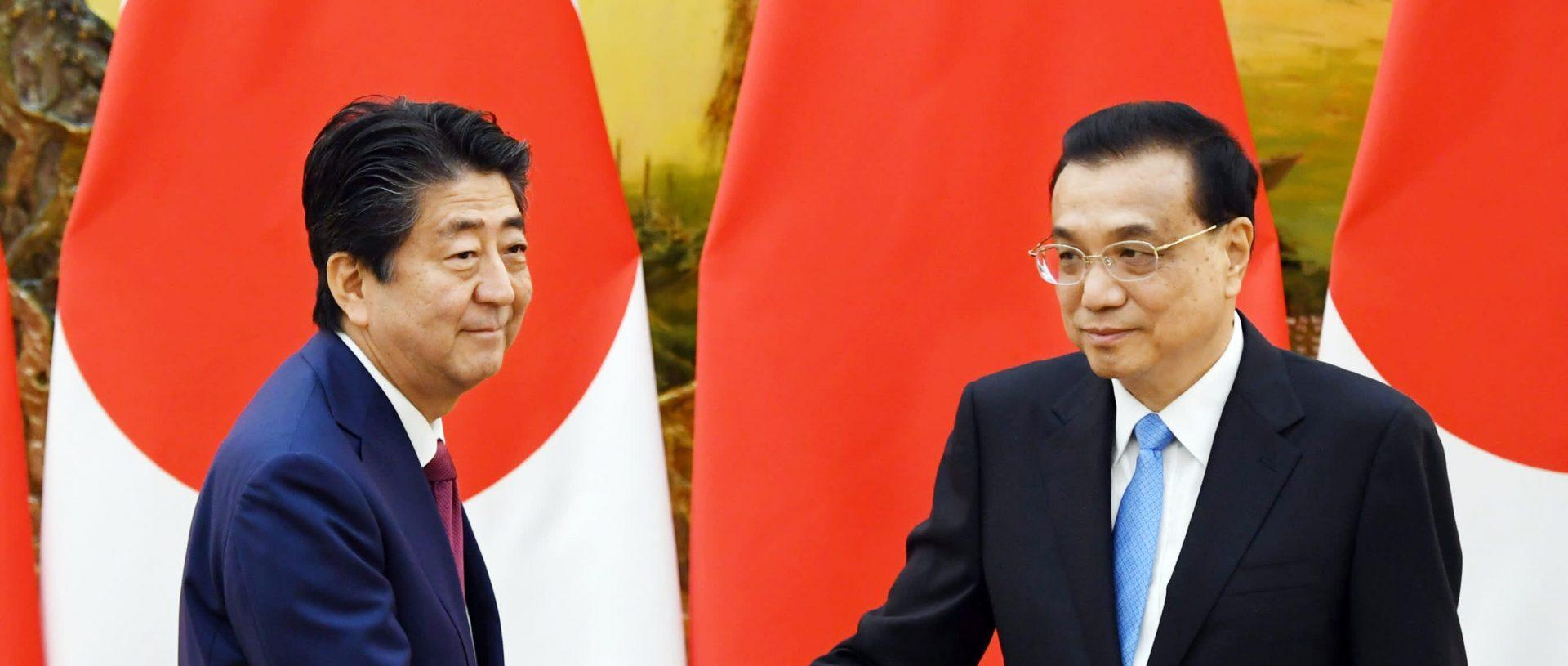 Le Premier ministre japonais Shinzo Abe et son homologue chinois Li Keqiang, à Pékin le 26 octobre 2018. (Source : Asian Nikkei)
