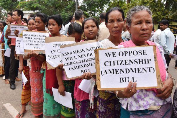 Des femmes de l'Assam manifestent contre la loi du 8 janvier 2019 sur l'accès à la citoyenneté, qui exclut les réfugiés musulmans. (Source : New Republic)