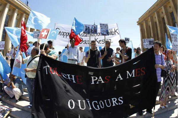 Manifestation de Ouïghours à Paris, le 5 juillet 2009, le jour des émeutes interethnique d'Urumqi, qui ont fait 197 morts. (Source : Courrier International)
