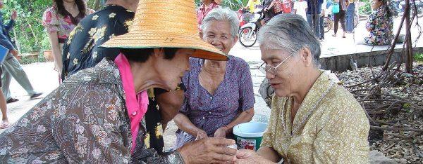 La Thaïlande doit se mobiliser pour éviter de connaître la situation de la Corée du Sud, où la moitié des séniors, souvent des femmes, vivent en dessous du seuil de pauvreté. (Source : Wikipedia)