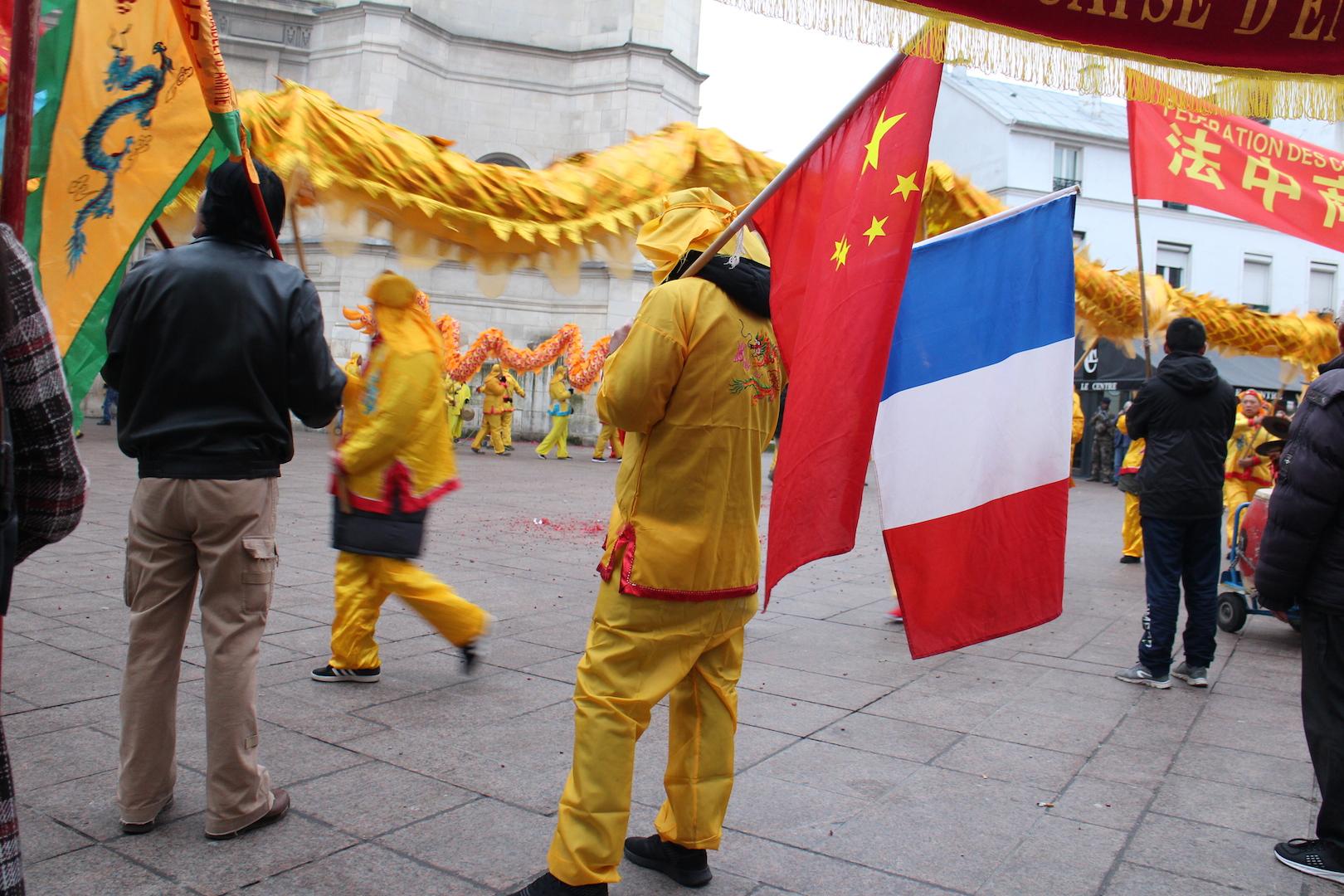 Plusieurs associations chinoises d'Aubervilliers ont effectué une danse du dragon, sous le regard des passants. (Copyright : Alice Hérait)