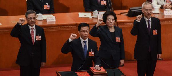 Le femme politique la plus puissante de Chine, Sun Chunlan (deuxième à droite) prête serment comme l'une des quatre vices-premiers ministres lors de la session annuelle de l'Assemblée nationale populaire à Pékin, le 19 mars 2018, avec Han Zheng (à la tribune au centre), Hu Chunhua (à gauche) et Liu He (à droite de Sun Chunlan). (Source : Zimbio)