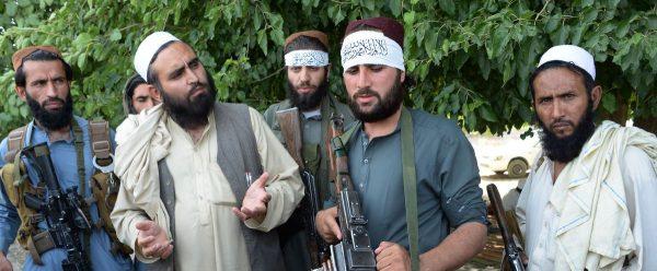Des Taliban afghans avec des habitants de Jalalabad lors d'un cessez-le-feu au 2ème jour du Ramadan le 16 juin 2018. (Source : Vox)