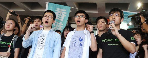 Nathan Law, Joshua Wong et Alex Chow à la sortie de la Haute Cour à Hong Kong, le 27 août 2017. (Source : SCMP)