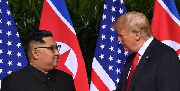 Le dirigeant nord-coréen Kim Jong-un et le président américain Donald Trump à Singapour le 12 juin 2018. (Source : Bloomberg)