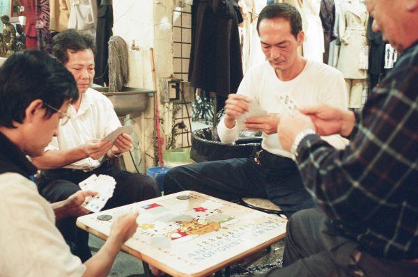 Jeux au marché de Khaosiung, dans le sud de Taïwan, en nombre 2001. (Copyright : Bruno Birolli)