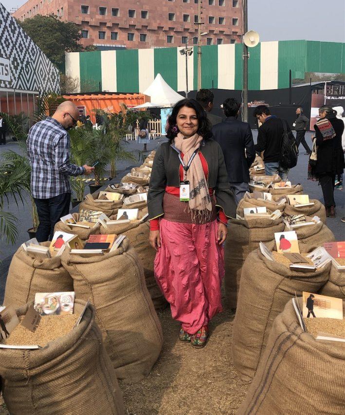 """La peintre et photographe indienne M.G. Baswani dans son installation """"'Cartes Postales de la maison"""", à l'India Art Fair de New Delhi, le 30 janvier 2019. (Crédit : Michel Testard)"""