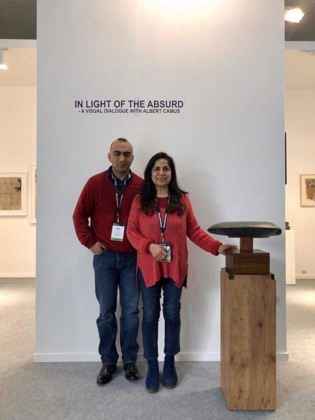 Vijaya Lakhsmi et Ripu Daman Dogra devant le stand de la Galerie Art Indus à l'India Art Fair à New Delhi, le 30 janvier 2019. (Crédit : Michel Testard)