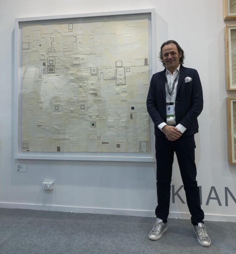 L'architecte allemand Hartmut Wurster, créateur de la galerie ZOCA à Ahmedabad, ici devant une oeuvre de Kulu Ojah à l'India Art Fair à New Delhi, le 1er février 2019. (Crédit : Michel Testard)