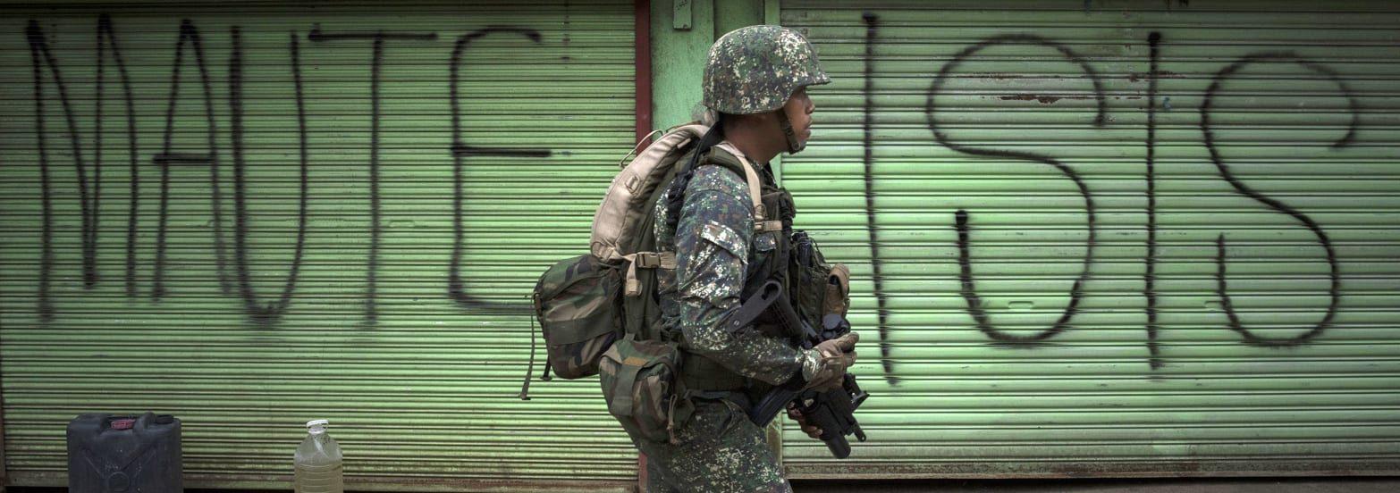"""Soldat philippin pendant la """"bataille de Marawi"""", ville de Mindanao prise par un groupe affilié à l'organisation État Islamique, le 10 avril 2017. (Source : Daily Beast)"""
