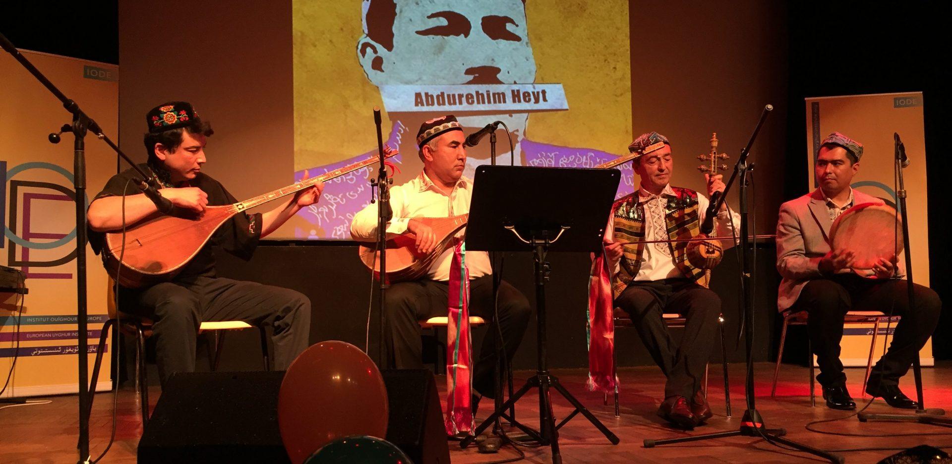 """Concert de musique traditionnelle ouïghoure pour Norouz à Paris, le 24 mars 2019. Des hommages ont été rendus à Abdurehim Heyt, l'un des """"rois du doutar"""", un luth à deux cordes. Abdurehim Heyt a """"disparu"""" depuis mars 2017 au Xinjiang. (Copyright : Baptiste Fallevoz)"""
