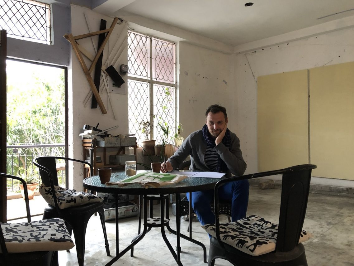 L'artiste français Julien Segard dans son atelier de Shapur Jat à New-Delhi. (Crédit : Michel Testard)