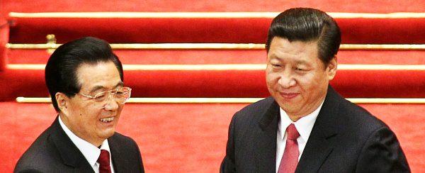 Hu Jintao et Xi Jinping lors de la session annuelle du parlement chinois en mars 2013. Le premier venait de céder à l'autre toutes les rênes du pouvoir. (Source : South China Morning Post)