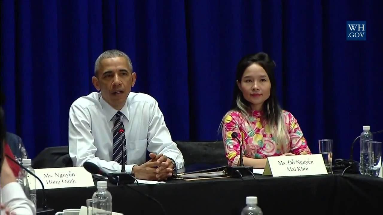 Le président américain Barack Obama rencontre la chanteuse vietnamienne Do Ngyuen Mai Khôi à Hanoï le 24 mai 2016. (Source : Youtube)