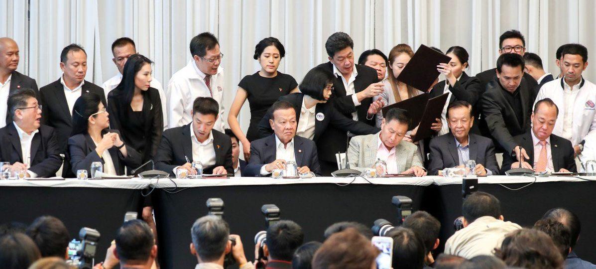 Le Pheu Thai de Thaksin Shinawatra, emmené par Sudarat Keyuraphan (2ème assise à partir de la gauche), a signé un accord d'alliance contre le parti de la junte, avec six autres partis, dont Nouvel Avenir, le 27 mars 2019 à Bangkok. (Source : South China Morning Post)