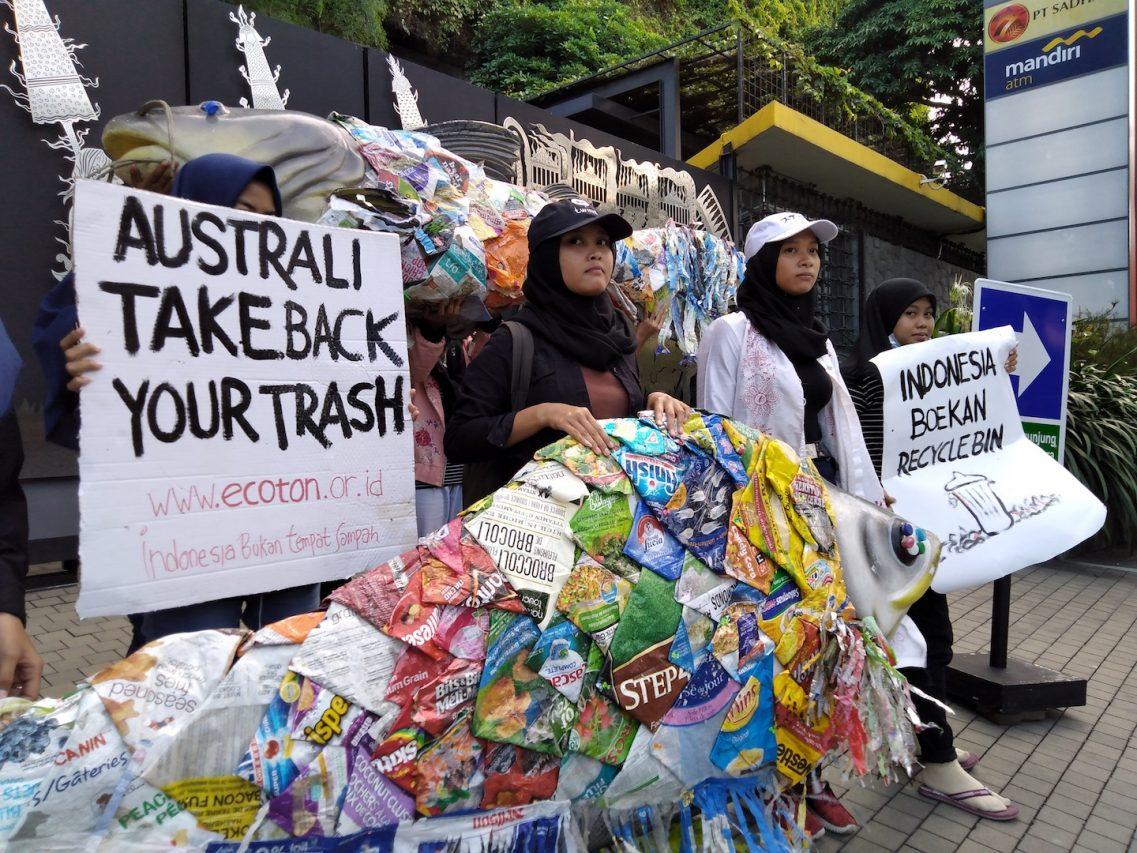 Manifestation devant le consulat australien à Surabaya, le 22 avril 2019. (Crédit : Ecoton.or.id)