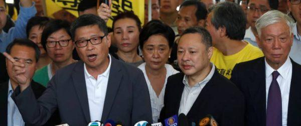 """Les leaders du mouvement Occupy Central, Chan Kin-man, Benny et Chu Yiu-ming ont été condamnés le 24 avril à 16 mois de prison pour leur rôle dans le """"mouvement des parapluies"""" à Hong Kong à l'automne 2014. (Source : Japan Times)"""
