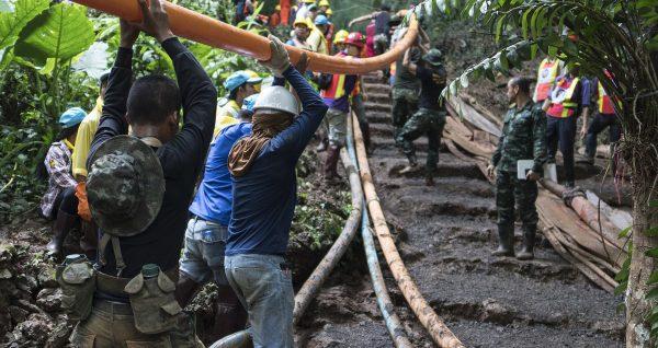 Les sauveteurs thaïlandais mettent en place les équipements de pompage pour soutenir les efforts de sauvetage des 12 jeunes footballeurs et de leur entraîneur coincés dans la grotte de Tham Luang, le 2 juin 2018 à Chiang Rai. (Source : Wikimedia Commons)