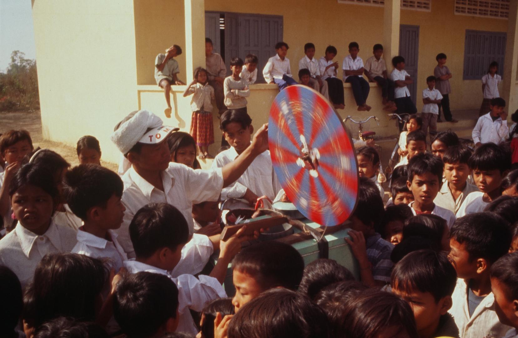 Devant l'école d'An Long Ven au Cambodge - décembre 2000. (Copyright : Bruno Birolli)
